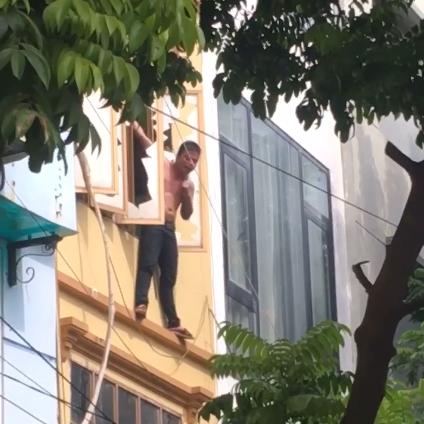 Hà Nội: Thanh niên trèo ra ngoài cửa sổ tầng 3, tự dí dao vào cổ và chửi bới khiến cả khu phố náo loạn - Ảnh 1.