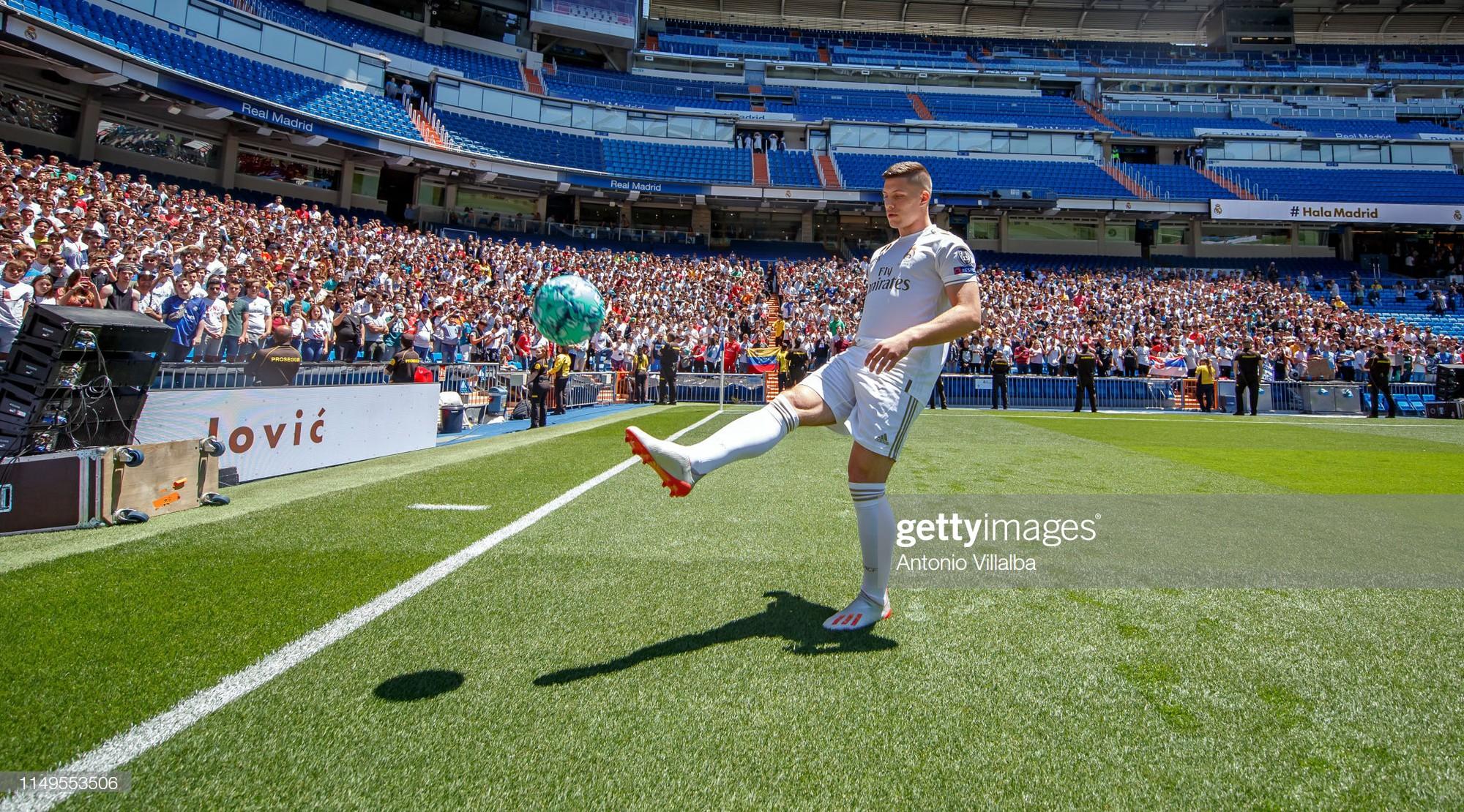 Tân binh siêu đẹp trai trị giá 1.600 tỷ VNĐ của Real Madrid ra mắt khán giả với khuôn mặt lạnh như tiền - Ảnh 3.