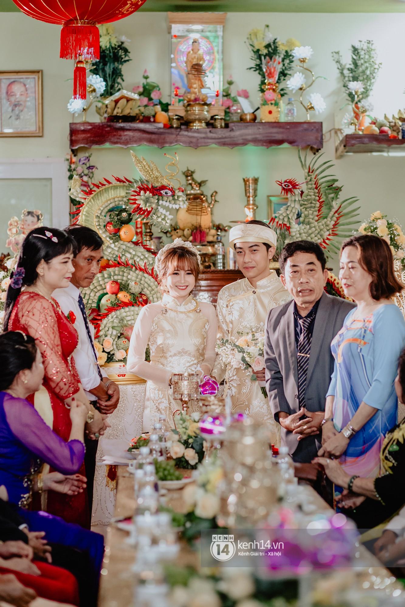 Cris Phan diện vest lịch lãm sánh đôi cùng Mai Quỳnh Anh khui sâm banh ở nhà hàng tiệc cưới - Ảnh 14.