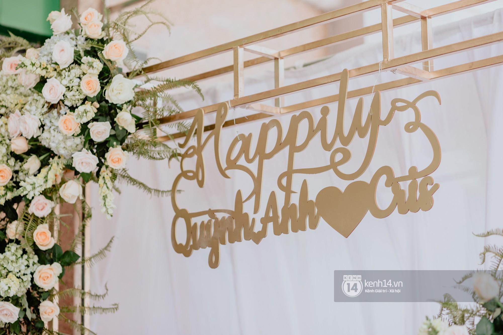 Cris Phan diện vest lịch lãm sánh đôi cùng Mai Quỳnh Anh khui sâm banh ở nhà hàng tiệc cưới - Ảnh 17.