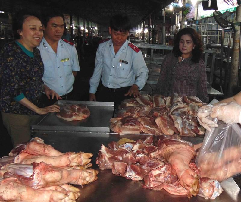 Phát hiện thịt heo thối trong chợ đầu mối Hóc Môn - Ảnh 1.