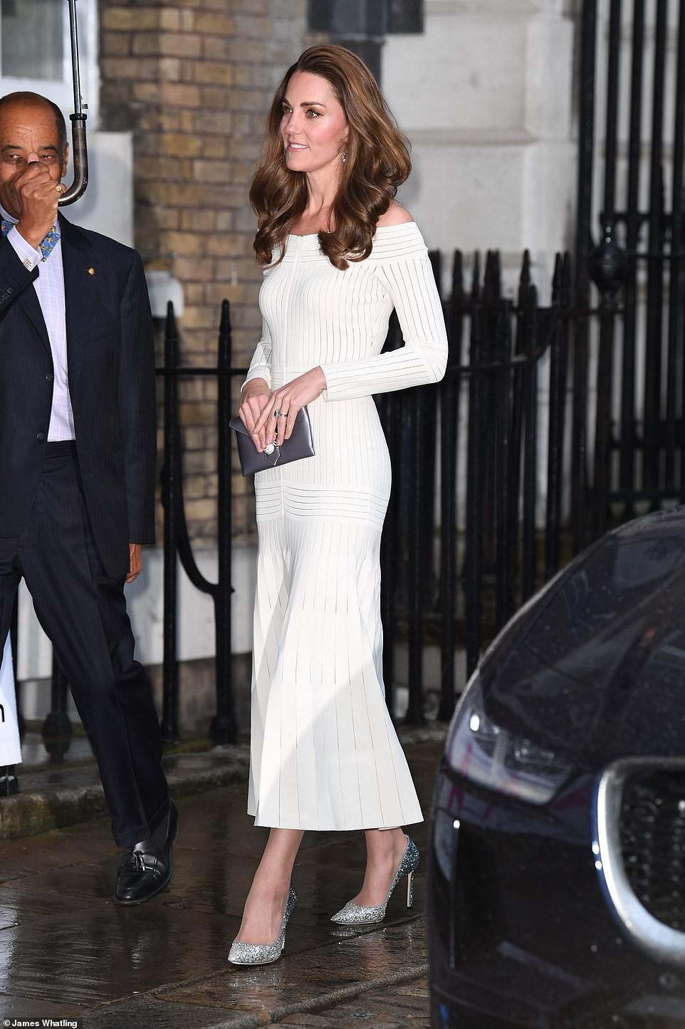 Diện lại đầm gợi cảm từ 3 năm trước, Công nương Kate cho thấy cả một sự nâng tầm về nhan sắc và phong cách - Ảnh 1.