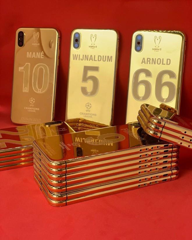 Thắng giải to, trúng cả kho iPhone X mạ vàng: 27 cầu thủ Liverpool cùng HLV ẵm quà sau vô địch - Ảnh 1.