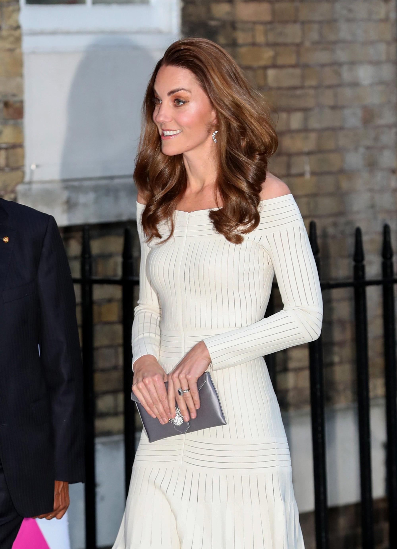 Diện lại đầm gợi cảm từ 3 năm trước, Công nương Kate cho thấy cả một sự nâng tầm về nhan sắc và phong cách - Ảnh 4.