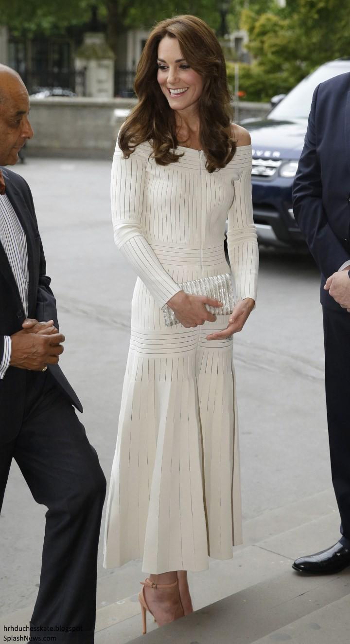 Diện lại đầm gợi cảm từ 3 năm trước, Công nương Kate cho thấy cả một sự nâng tầm về nhan sắc và phong cách - Ảnh 5.