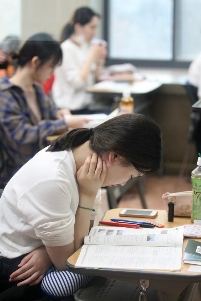 Từ chuyện thầy giáo người Mỹ không giải nổi bài toán thi đại học Trung Quốc đến những kì thi khó nhằn bậc nhất ở châu Á - Ảnh 6.