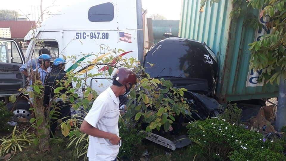 Nóng: Container nổ lốp tông bẹp dúm ô tô 4 chỗ, 3 người tử vong thương tâm - Ảnh 1.