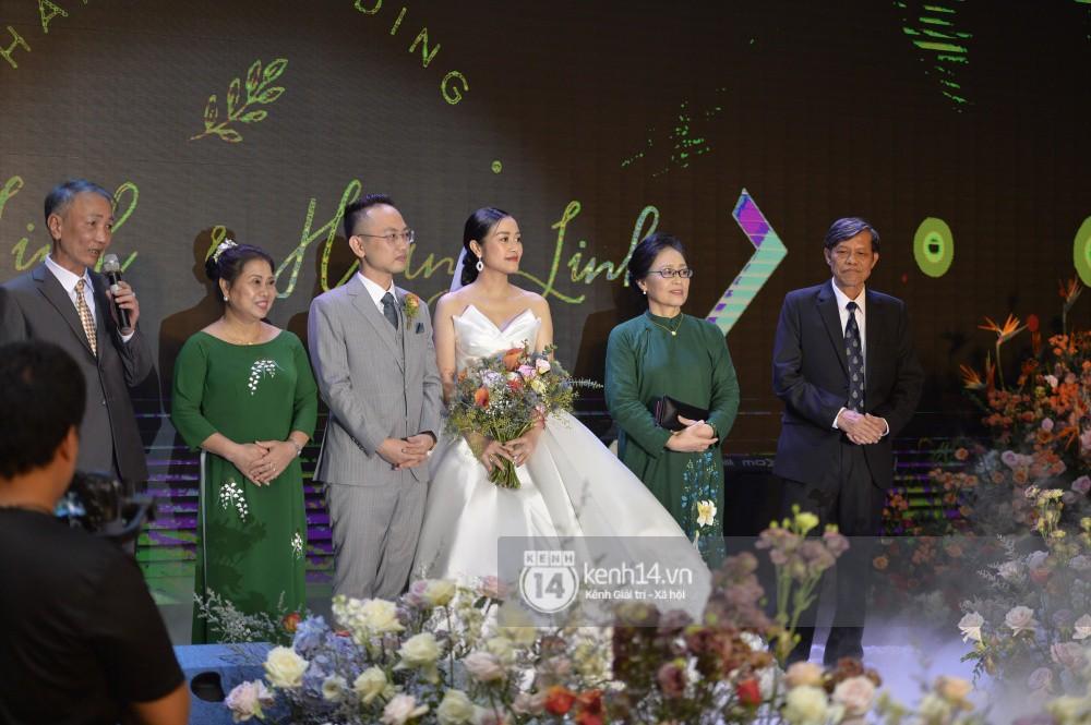 MC Phí Linh rạng rỡ cùng ông xã xuất hiện trong ngày kết nghĩa phu thê - Ảnh 8.