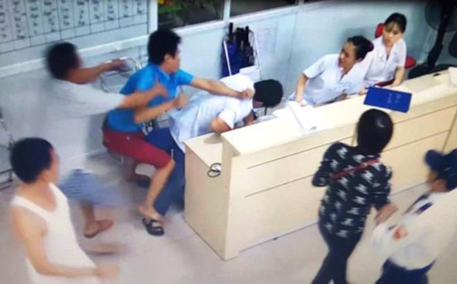 Nam thanh niên tát, đá ngã 2 nữ điều dưỡng khi đưa bạn đi cấp cứu - Ảnh 1.