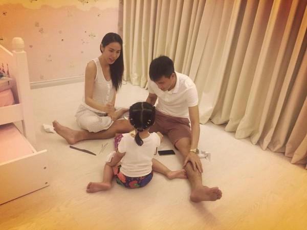 Con gái Thủy Tiên 6 tuổi mê mệt BTS, có thể xem cả ngày không chán bỏ bê cả MV của mẹ - Ảnh 1.