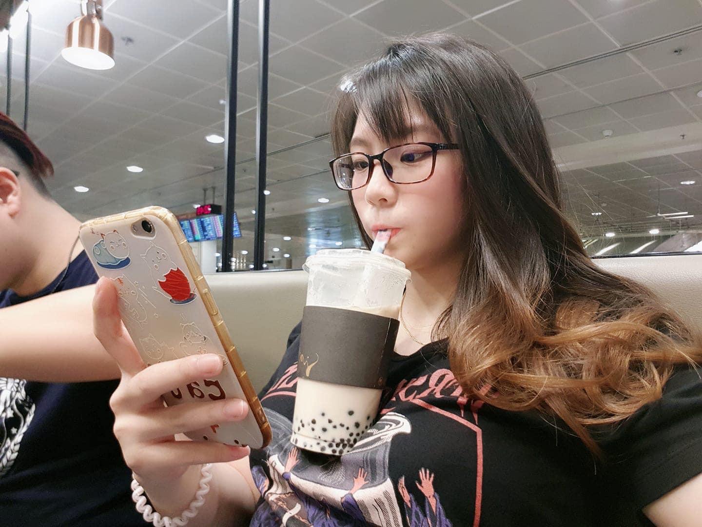 Không biết phải cảm thấy sao với trend uống trà sữa bằng... vòng 1 của các thiếu nữ Nhật - Ảnh 1.