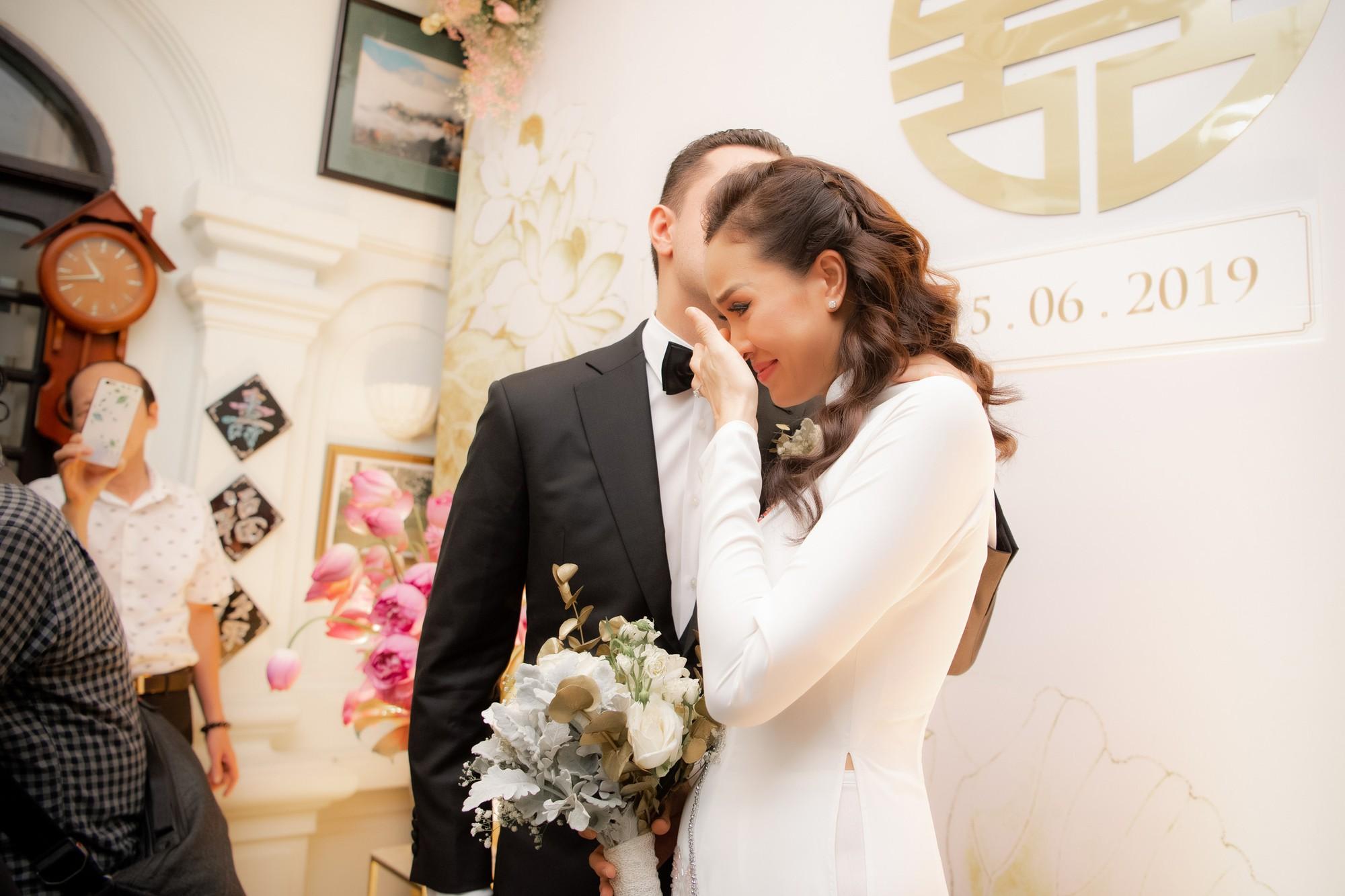 MC Phương Mai bật khóc xúc động, khoá môi ông xã Tây ngọt ngào trong ngày lên xe hoa về nhà chồng - Ảnh 10.