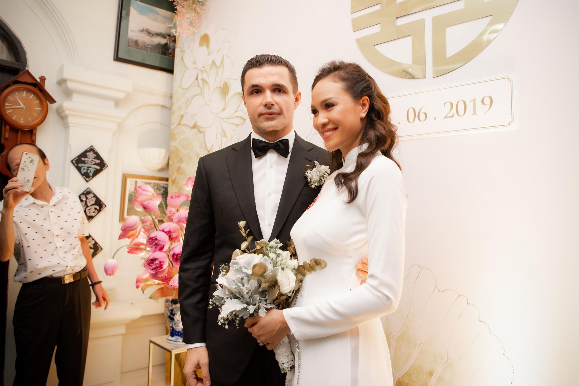 MC Phương Mai bật khóc xúc động, khoá môi ông xã Tây ngọt ngào trong ngày lên xe hoa về nhà chồng - Ảnh 9.