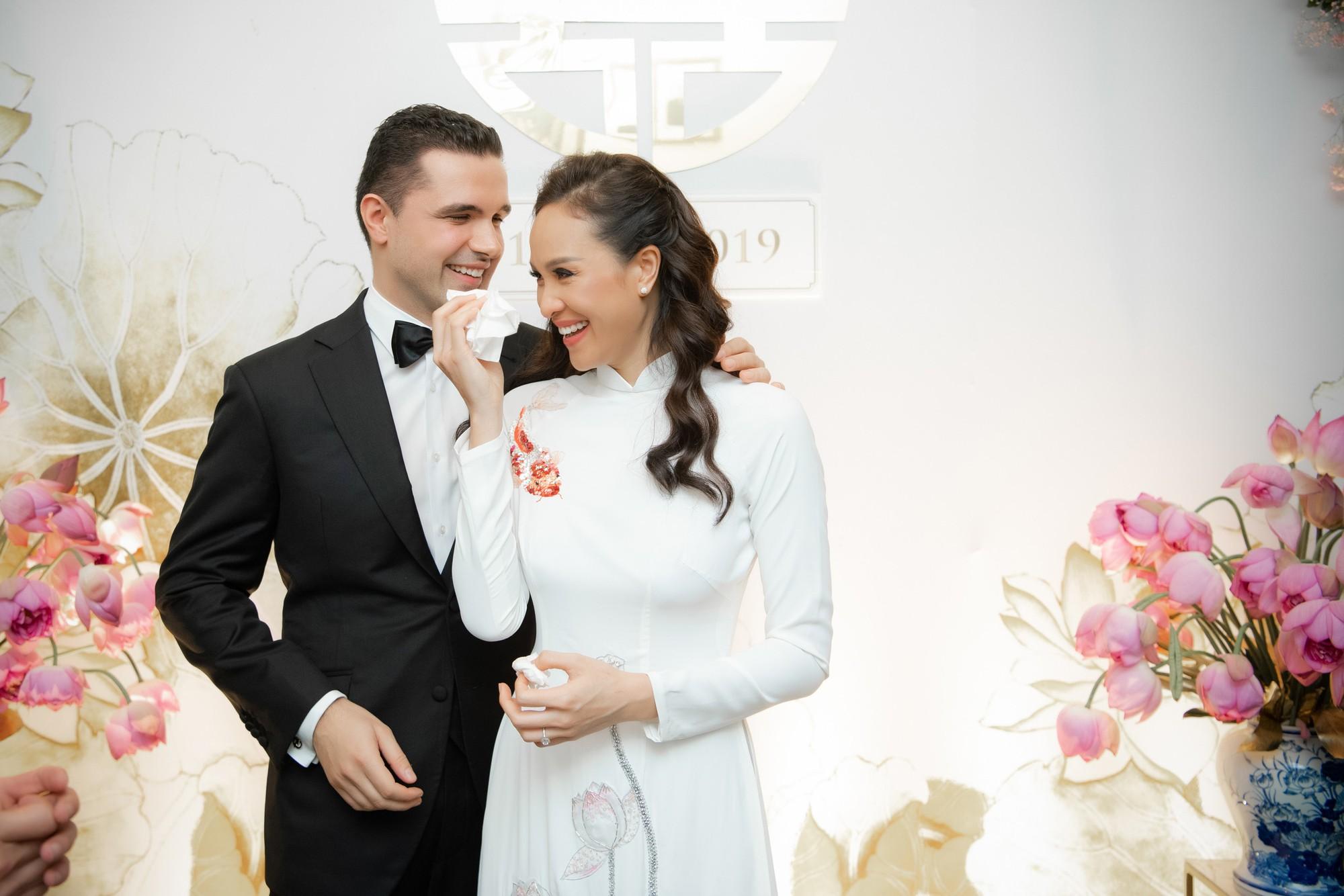 MC Phương Mai bật khóc xúc động, khoá môi ông xã Tây ngọt ngào trong ngày lên xe hoa về nhà chồng - Ảnh 7.