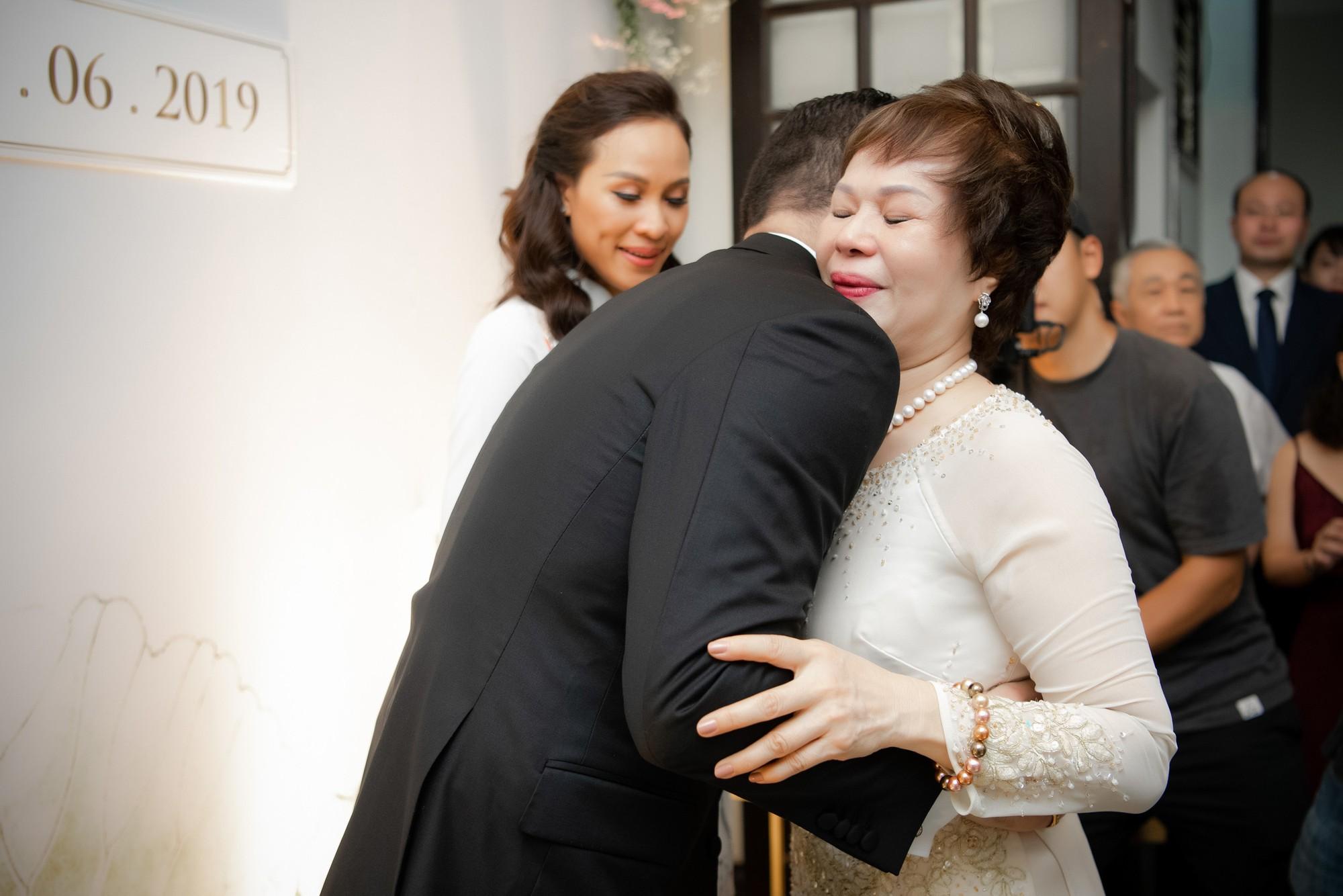 MC Phương Mai bật khóc xúc động, khoá môi ông xã Tây ngọt ngào trong ngày lên xe hoa về nhà chồng - Ảnh 3.