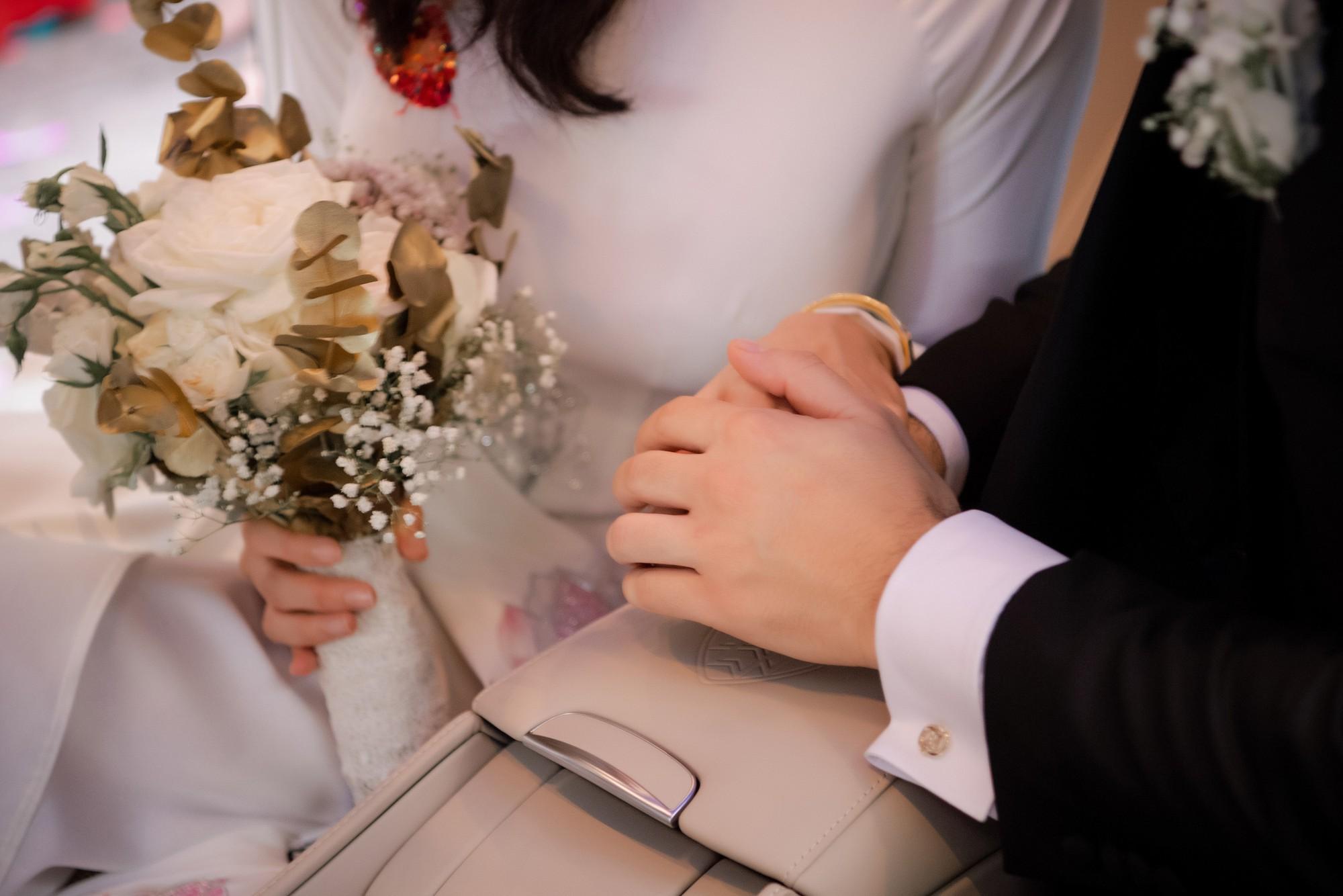 MC Phương Mai bật khóc xúc động, khoá môi ông xã Tây ngọt ngào trong ngày lên xe hoa về nhà chồng - Ảnh 14.