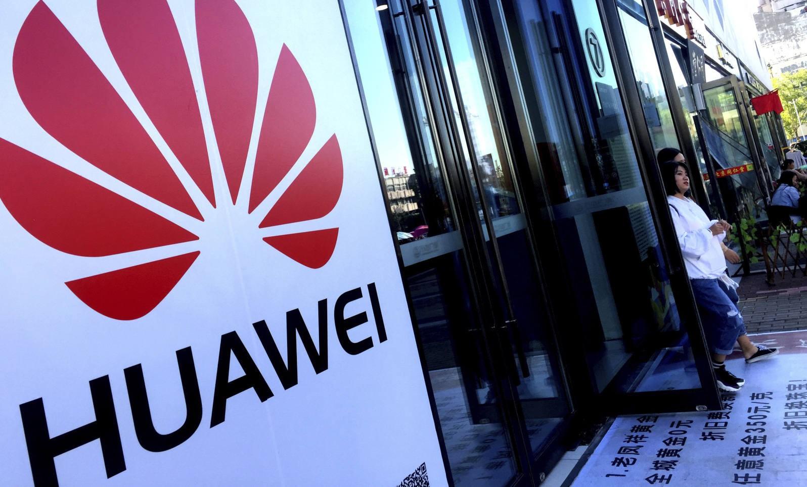 Lệnh cấm Huawei gọi tên thêm một nạn nhân: Smartphone màn hình gập Mate X 60 triệu đồng - Ảnh 1.
