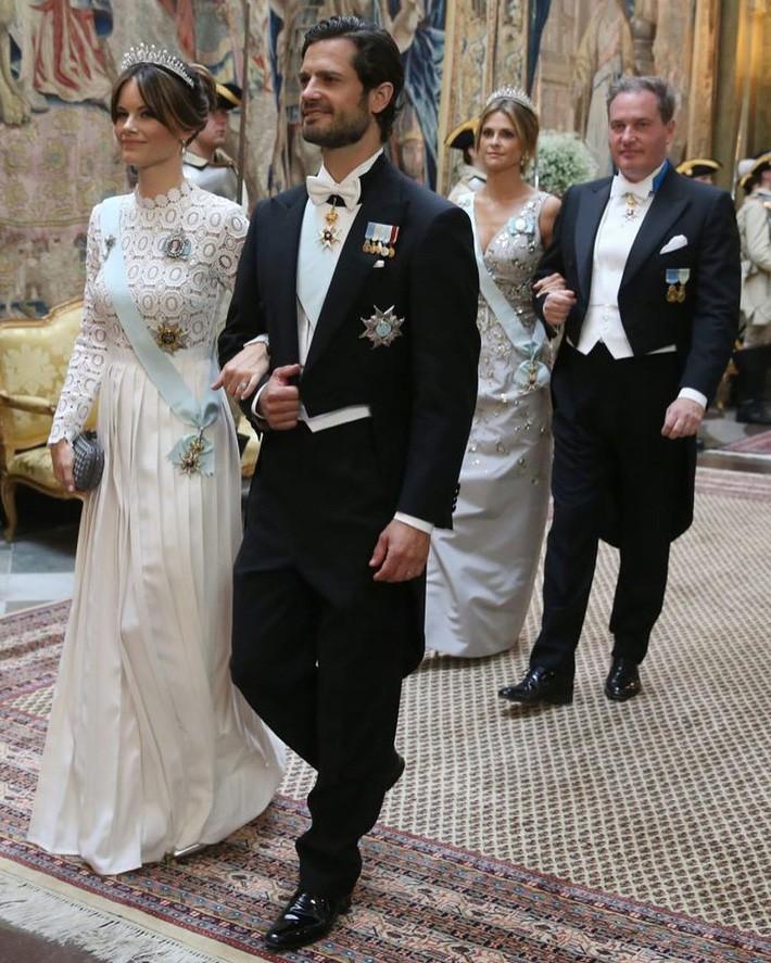 Hơn 3 tuổi nhưng công nương Kate Middleton sexy hơn hẳn công nương Sofia khi đụng váy - Ảnh 1.