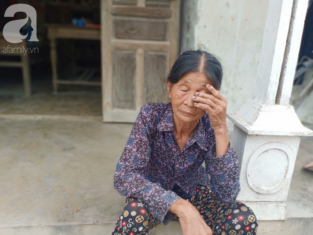 Mẹ mất, bố tâm thần bỏ đi, bé gái 12 tuổi chăm bà bệnh nặng bật khóc: Em sợ bà chết đi, em không biết sống với ai nữa - Ảnh 10.
