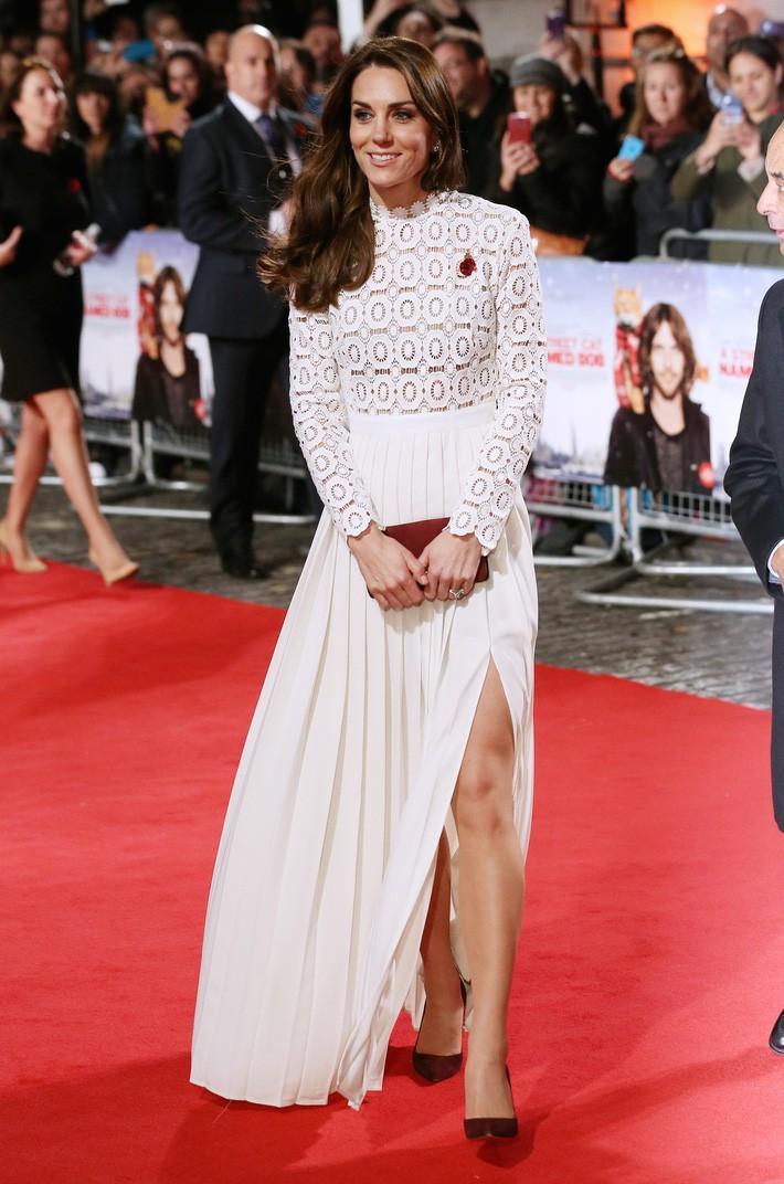Hơn 3 tuổi nhưng công nương Kate Middleton sexy hơn hẳn công nương Sofia khi đụng váy - Ảnh 3.