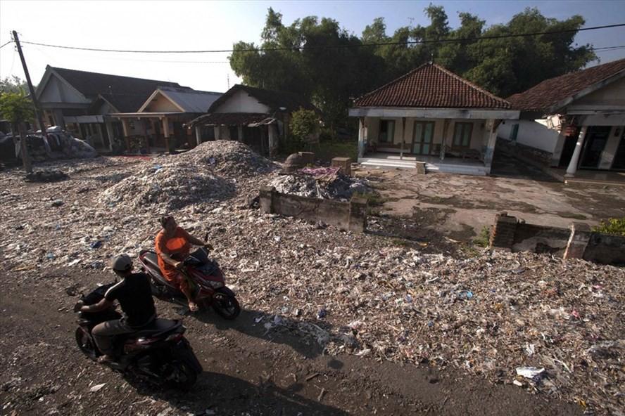 Indonesia trả lại 5 container rác thải cho Mỹ - Ảnh 1.