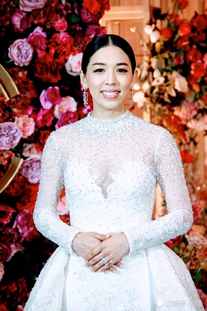 Thiên kim Hong Kong đeo trĩu cổ 30 vòng long phụng vàng ròng, ái nữ trùm sòng bạc Macau khệ nệ bụng bầu làm phù dâu - Ảnh 6.