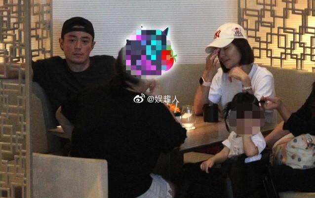 Lần đầu tiên hình ảnh 3 người nhà Lâm Tâm Như được tiết lộ, cô con gái nhỏ gây sốt vì cử chỉ đáng yêu - Ảnh 1.
