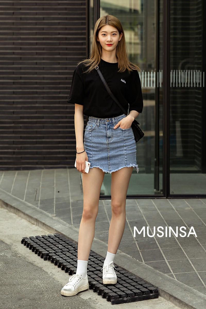Street style giới trẻ Hàn tuần qua: đại hội áo phông nhưng chẳng ai mix đụng ai, khuyến mại thêm loạt gợi ý mix đồ mát quên sầu - Ảnh 1.