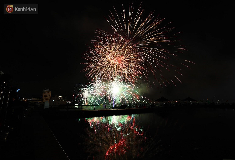 Ý và Phần Lan trình diễn vũ điệu tình yêu bằng pháo hoa trên bầu trời đổ mưa ở Đà Nẵng - Ảnh 7.
