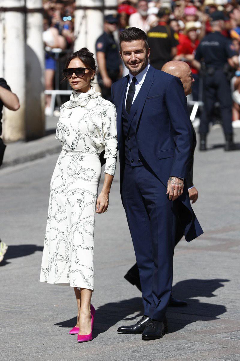 Thần thái vợ chồng Beckham áp đảo toàn bộ khách mời đến dự đám cưới xa hoa của đội trưởng Real Madrid - Ảnh 4.