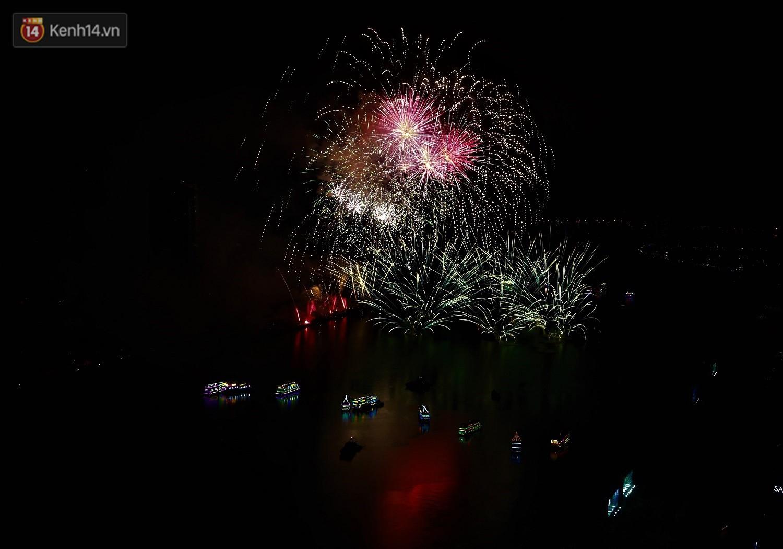 Ý và Phần Lan trình diễn vũ điệu tình yêu bằng pháo hoa trên bầu trời đổ mưa ở Đà Nẵng - Ảnh 6.