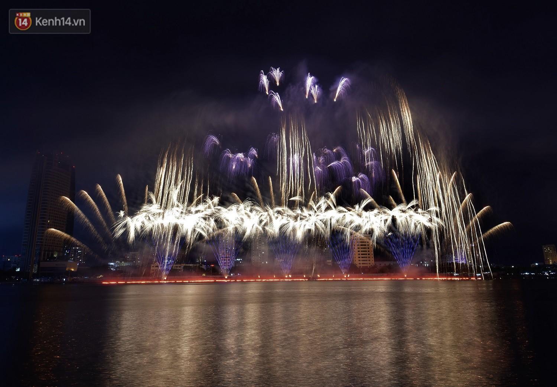 Ý và Phần Lan trình diễn vũ điệu tình yêu bằng pháo hoa trên bầu trời đổ mưa ở Đà Nẵng - Ảnh 2.
