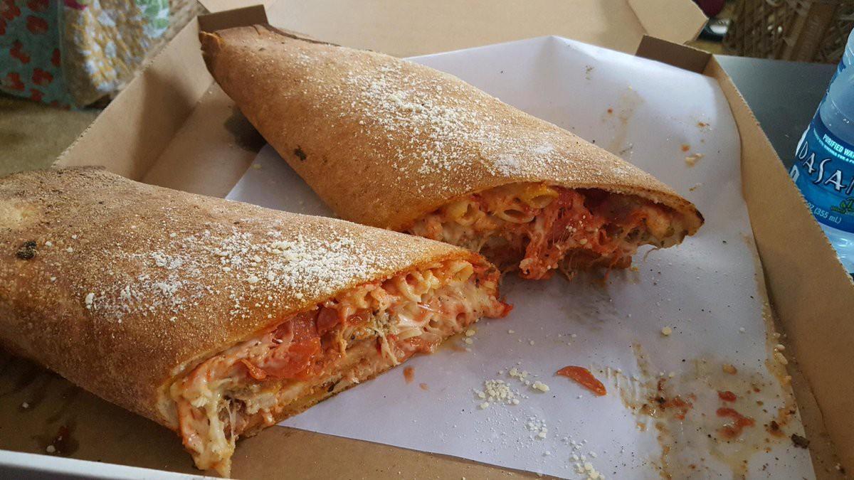 Ăn pizza bằng cách cuốn lại thành cuộn siêu toa khổng lồ thì có ngon hơn không? - Ảnh 3.