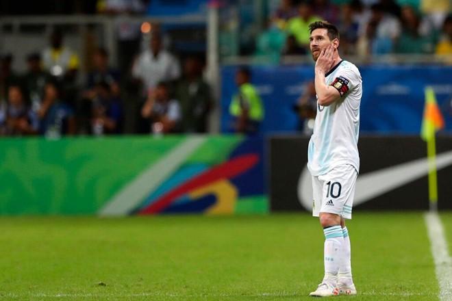 Messi mờ nhạt, Argentina nhận thất bại tủi hổ ở trận ra quân Copa America - Ảnh 1.