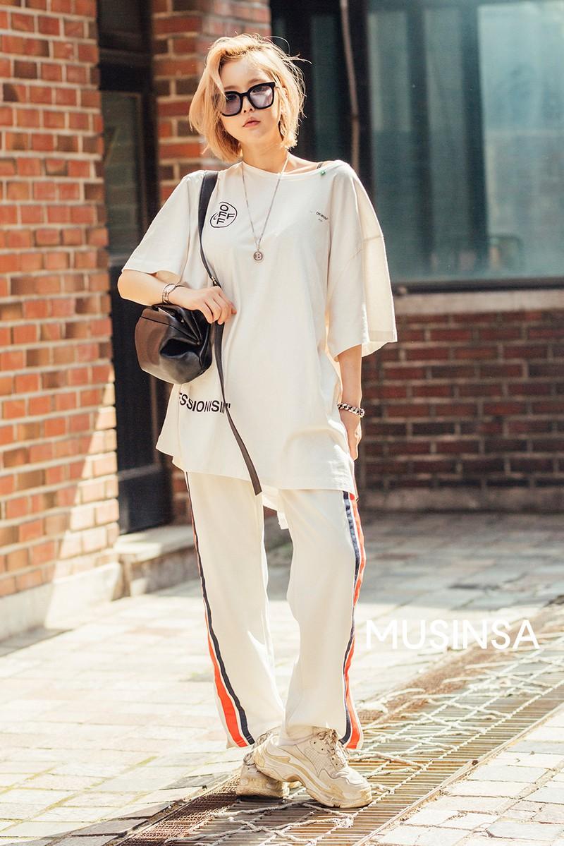 Street style giới trẻ Hàn tuần qua: đại hội áo phông nhưng chẳng ai mix đụng ai, khuyến mại thêm loạt gợi ý mix đồ mát quên sầu - Ảnh 5.