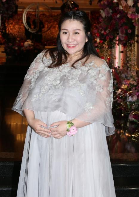 Thiên kim Hong Kong đeo trĩu cổ 30 vòng long phụng vàng ròng, ái nữ trùm sòng bạc Macau khệ nệ bụng bầu làm phù dâu - Ảnh 2.