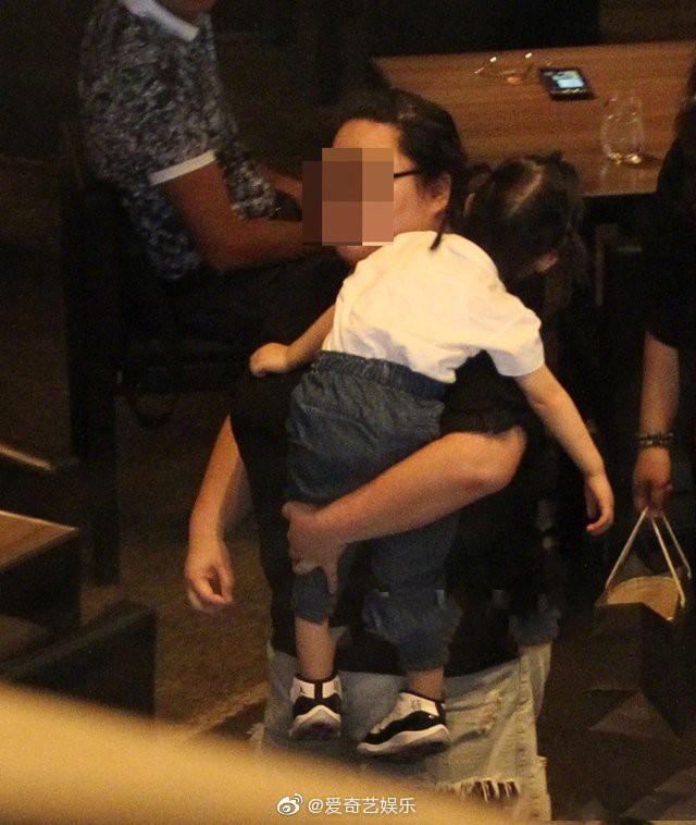 Lần đầu tiên hình ảnh 3 người nhà Lâm Tâm Như được tiết lộ, cô con gái nhỏ gây sốt vì cử chỉ đáng yêu - Ảnh 6.