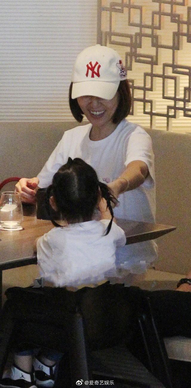 Lần đầu tiên hình ảnh 3 người nhà Lâm Tâm Như được tiết lộ, cô con gái nhỏ gây sốt vì cử chỉ đáng yêu - Ảnh 3.