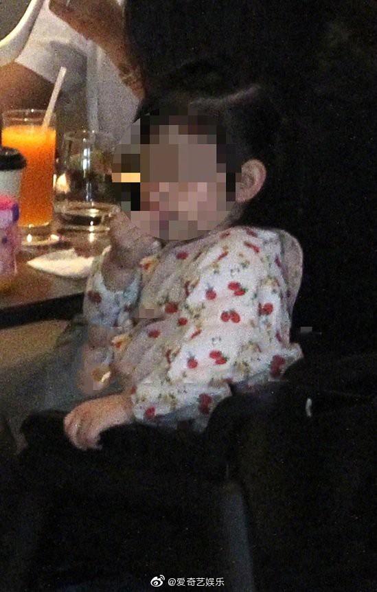 Lần đầu tiên hình ảnh 3 người nhà Lâm Tâm Như được tiết lộ, cô con gái nhỏ gây sốt vì cử chỉ đáng yêu - Ảnh 4.
