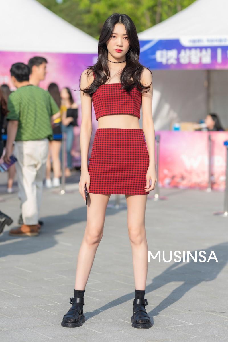 Street style giới trẻ Hàn tuần qua: đại hội áo phông nhưng chẳng ai mix đụng ai, khuyến mại thêm loạt gợi ý mix đồ mát quên sầu - Ảnh 8.