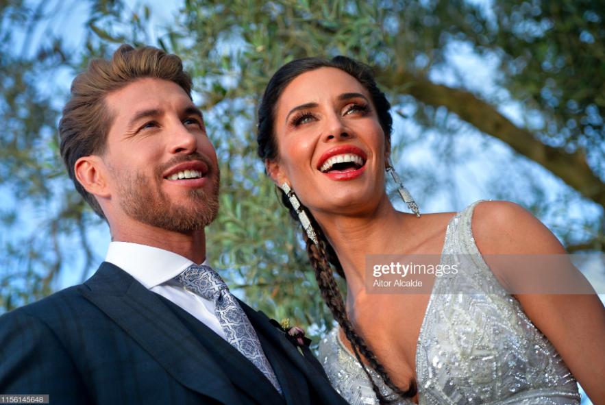 Thần thái vợ chồng Beckham áp đảo toàn bộ khách mời đến dự đám cưới xa hoa của đội trưởng Real Madrid - Ảnh 1.