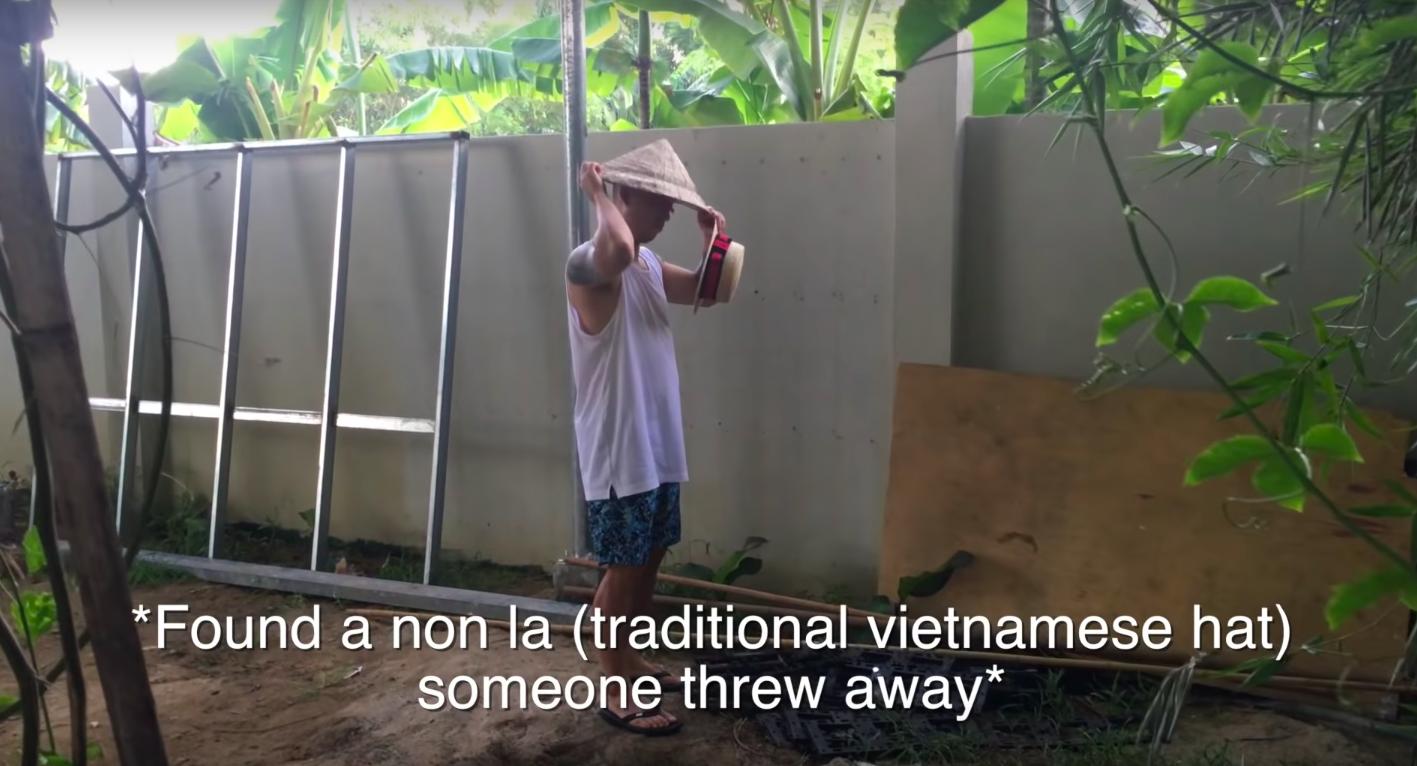 """Kang Gary đăng vlog nghỉ dưỡng ở Hội An cùng gia đình, nhưng fan lại """"cười ngất"""" khi phát hiện ra nguồn gốc của chiếc nón lá rách anh đội suốt chuyến đi - Ảnh 14."""