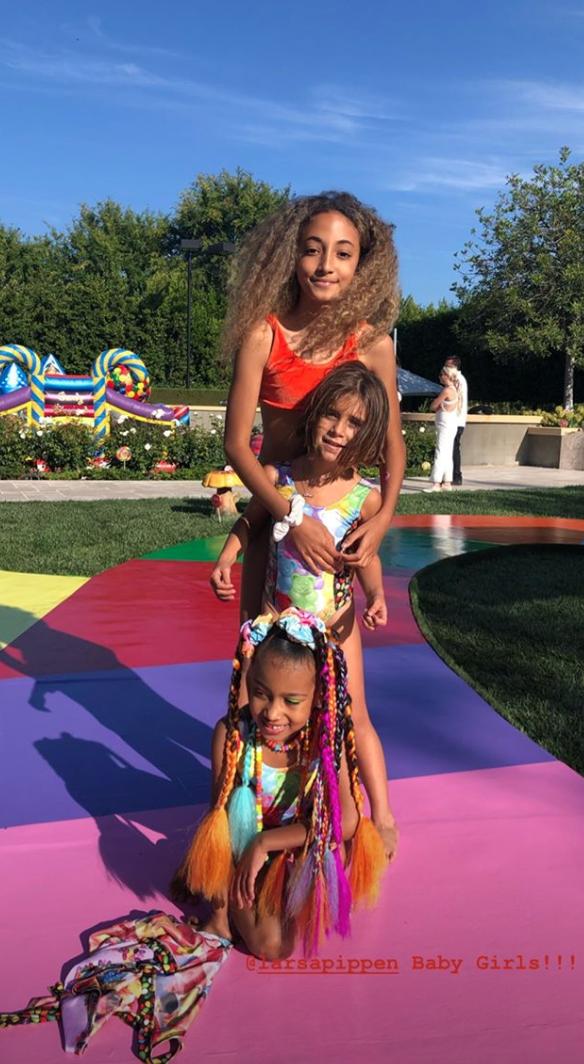 Choáng váng tiệc sinh nhật ngập tràn kẹo ngọt siêu to khổng lồ của con gái lớn nhà Kim: Đúng là rich kids! - Ảnh 7.