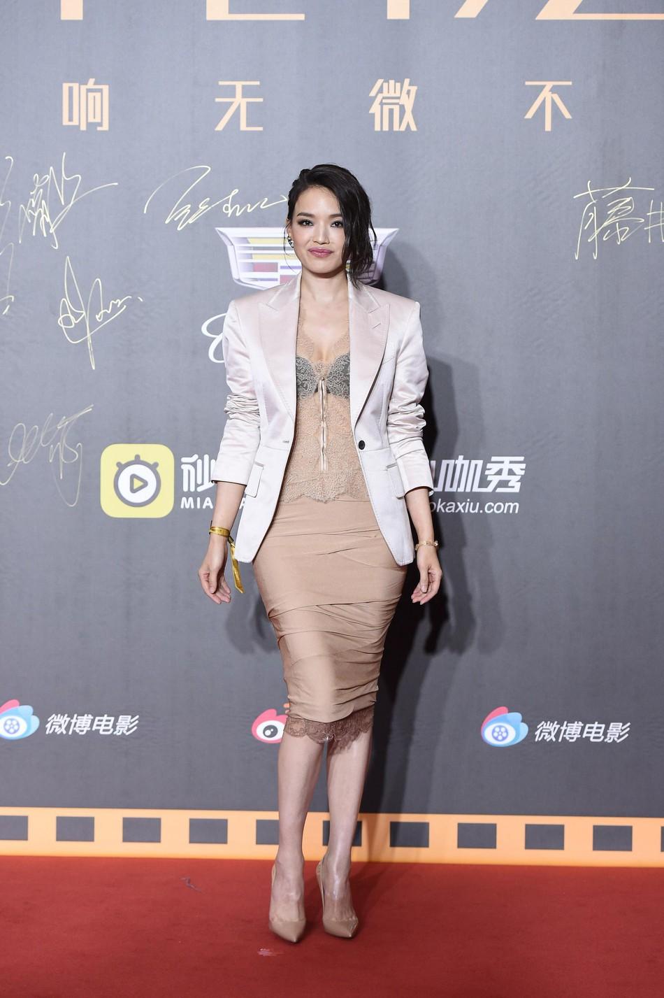 Thảm đỏ Weibo: Kim Kardarshian Trung Quốc o ép vòng 1 bức thở bên Thư Kỳ, Dương Siêu Việt khoe nhan sắc không tì vết - Ảnh 3.