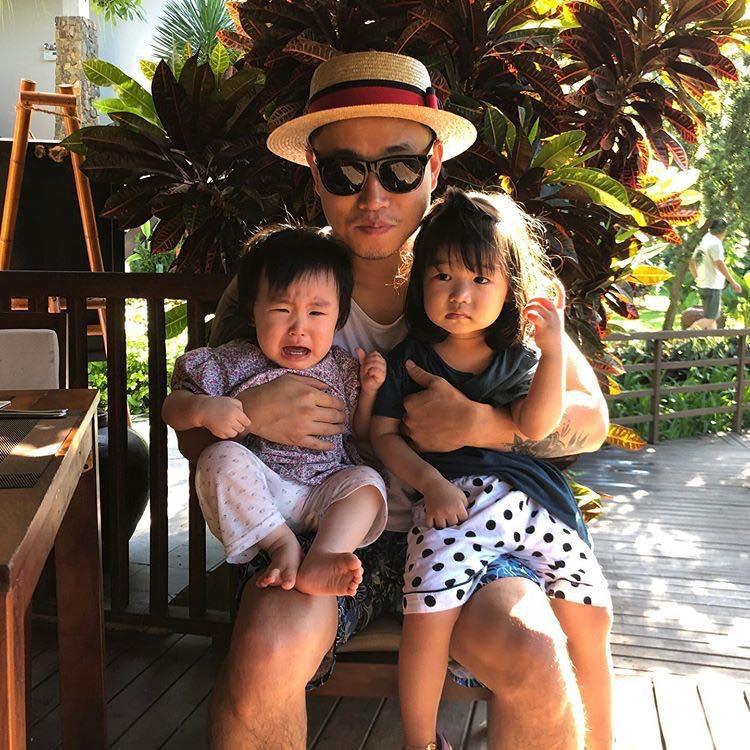 """Kang Gary đăng vlog nghỉ dưỡng ở Hội An cùng gia đình, nhưng fan lại """"cười ngất"""" khi phát hiện ra nguồn gốc của chiếc nón lá rách anh đội suốt chuyến đi - Ảnh 2."""