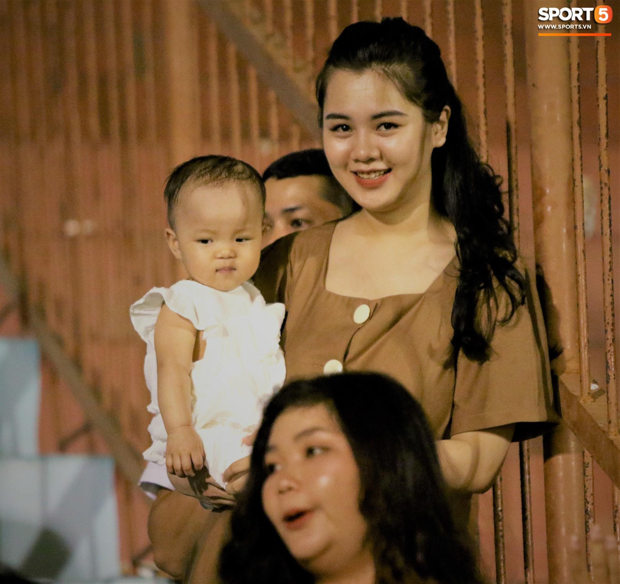 Hạnh phúc như Hải Quế: Ngày của bố được đón con gái xuống sân ăn mừng chiến thắng trước Khánh Hòa - Ảnh 2.