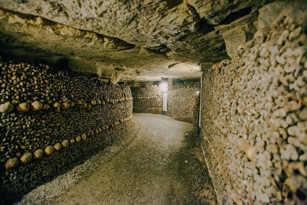 Bí ẩn rợn tóc gáy dưới lòng Paris hoa lệ: Một căn hầm chứa tới hơn 6 triệu bộ xương người - Ảnh 2.