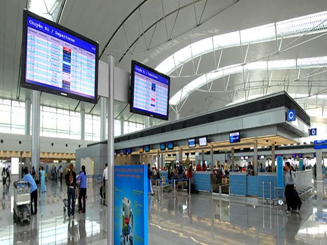 Sân bay Tân Sơn Nhất sắp chính thức ngưng sử dụng loa phát thanh để thông báo. Mách bạn một vài tips hay ho làm quen với điều này để không bị trễ giờ bay nhé - Ảnh 2.