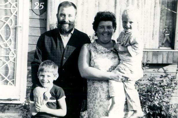 Dù bị mẹ chia cắt từ nhỏ, chị gái vẫn gặp lại em trai đầy cảm động sau 30 năm tìm kiếm - Ảnh 2.