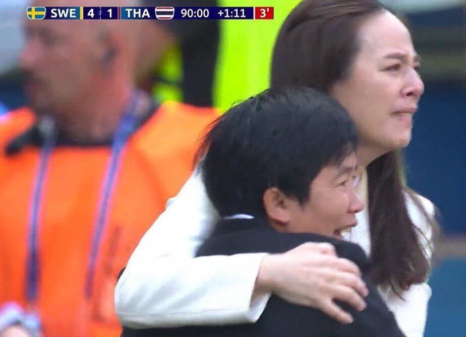 Tỷ phú kiêm trưởng đoàn xinh đẹp của tuyển nữ Thái Lan bật khóc sau khi đội nhà có bàn thắng đầu tiên ở World Cup - Ảnh 1.